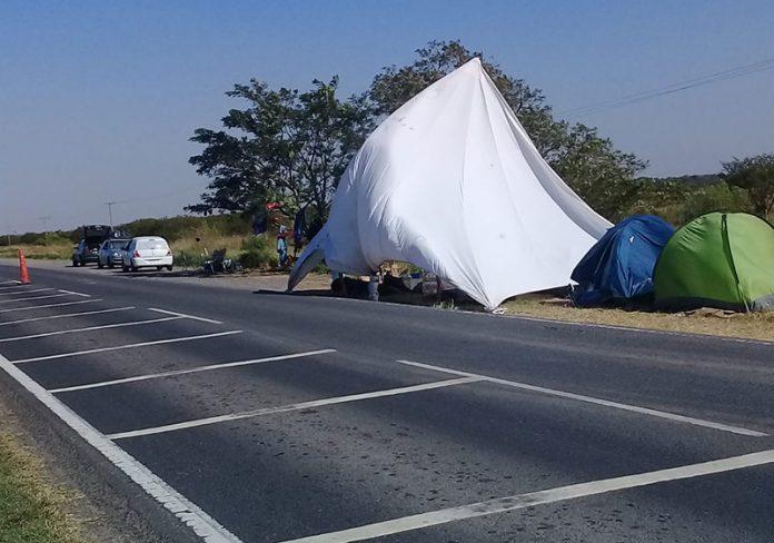 Formoseños varados en la Ruta 11. (Foto: La Mañana)