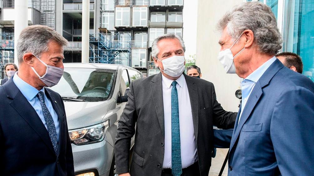 Fernández participó de la recorrida con el rector de la Unsam y el titular del laboratorio, Hugo Sigman.